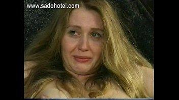 Старая девчонка ебется через дырочку в чулочках