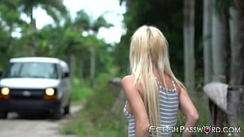 Блондинка в чулках нашла время на минетик во времячко секса с хахалем