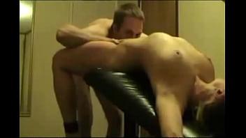 Молоденькая жена онанирует побритую манду перед порно с благоверным