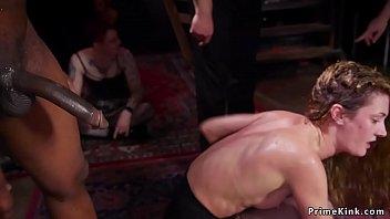Татуированная сучка с большой задницей присела на лицо избраннику