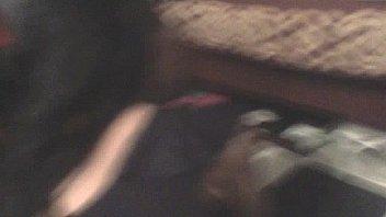 Парня в халате онанирует ртом член супруга