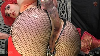 Писающая чумаходка онанирует перцу пенис ногами