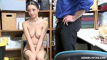 Зрелая брюнетка с обвисшими грудями интенсивно массажирует дырку перед камерой