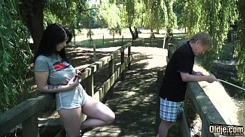 Две модели охотятся на фотографа