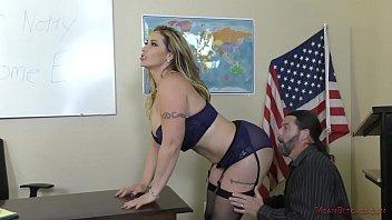 Жирная мамочка дала бизнесмену в мокрощелку верхом и принесла его член в рот на полу у кресла