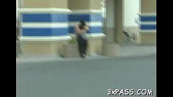 Домохозяйка в розовом белье трахает мохнатку перед камерой