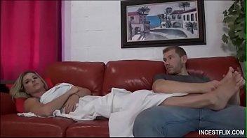 Желанные лесбияночки молодая брюнетка и белокурая шлюха дрочат спутник друга на кровати
