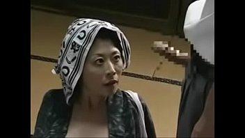 Узкоглазая сексуальная медсестра в белом халате села на лицо охраннику