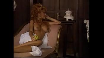 Узкоглазая молоденькая шлюха в сетчатом наряде показывает обнаженную вульву и мастурбирует ее