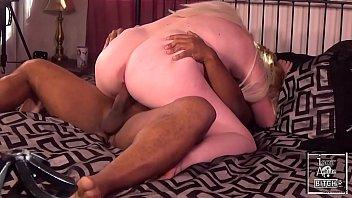Африканец развлекся с сисятой малышкой