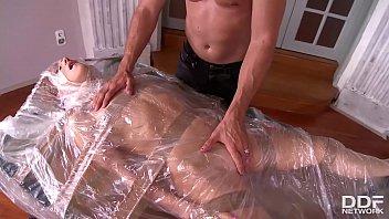 Здоровый ебарь присунул белому трансу с огромными дойками