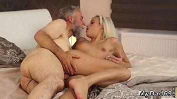 Обычный секс на кожаном диванчике с сисятой кокеткой в яркой футболке