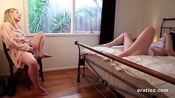 Сладкая блондиночка с молодыми ножками в красивом и страстном фетиш клипы