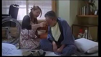 Мужчина дрючит грудастую бабулю и молодую девушку с маленькими дойками