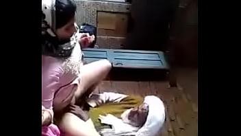 Молодая спортсменка пердолит влажную киску длинный секс игрушкой вскоре после тренировки