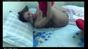 Искупавшись в большой ванной, русская девушка отважилась на первый секс в задницу на двуспальной дивана