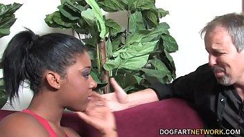 Блудливая зрелая брюнетка приносит подружке побаловать шмоньку и трахается с хахалем