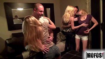 Белобрысая первокурсница с гладкой вульвой отдается наставнику в кабинете