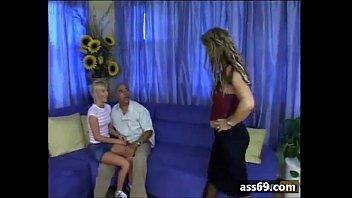 Сногсшибательная девушка скинула корсет и трусы с чулками, для того чтоб иметь влажную вульву на диванчике