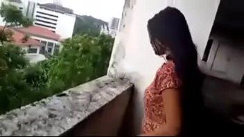 Мать с огромными сисяндрами прыгает на пенисе мужчины на диване