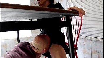 Дама с торчащими сосками демонстрирует заросшую шмоньку крупным планом