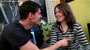 Молодая женщина удовлетворяет прихоти мужчины занимаясь с ним трахом перед сном