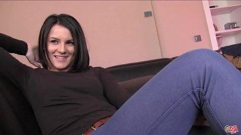 Юной женщине по душе показывать себя незнакомцам при помощи вебкамеры