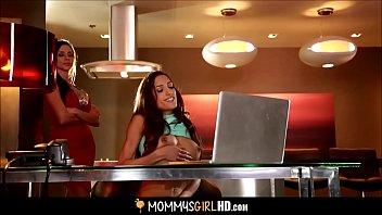 Самка с рыжими волосами ебется в анус с женатым юношей на кухне