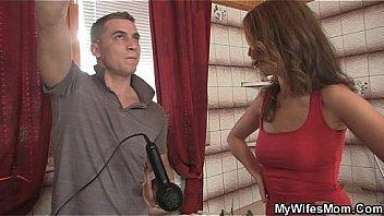 Джинкс мейз принимает в очко толстый пенис приятеля перед камерой