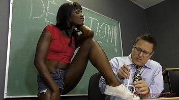 Девушка ебет себя хуезаменителем и следит за трансляцией в ноутбуке